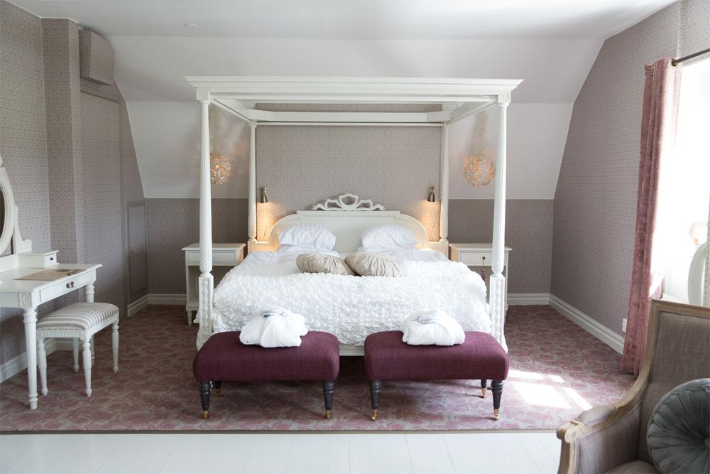 Vacker hotellsäng på Båsenberga Hotell
