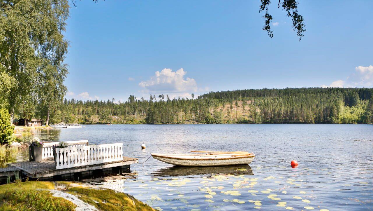 Vacker sjö vid Hennickehammars Herrgård