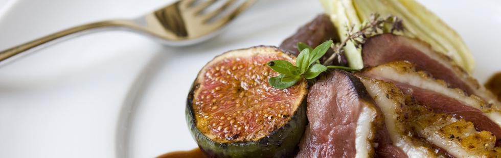 Stekt ankbröst med lökkompott, fikon och ugnsbakad fänkål