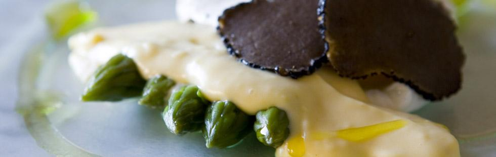 Recept på grön sparris med tryffelhollandaise och pocherat ägg
