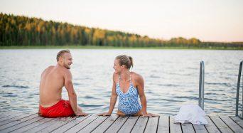 Ta ett dopp från Dömle Herrgårds badbrygga