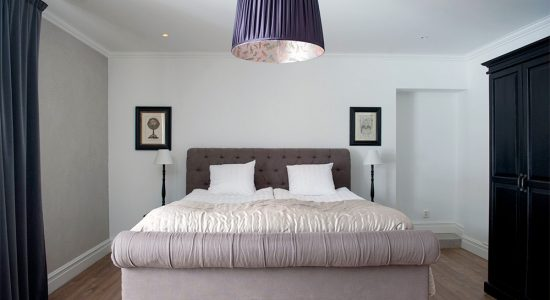 Romantisk hotellsäng på Hotell Slottsbacken